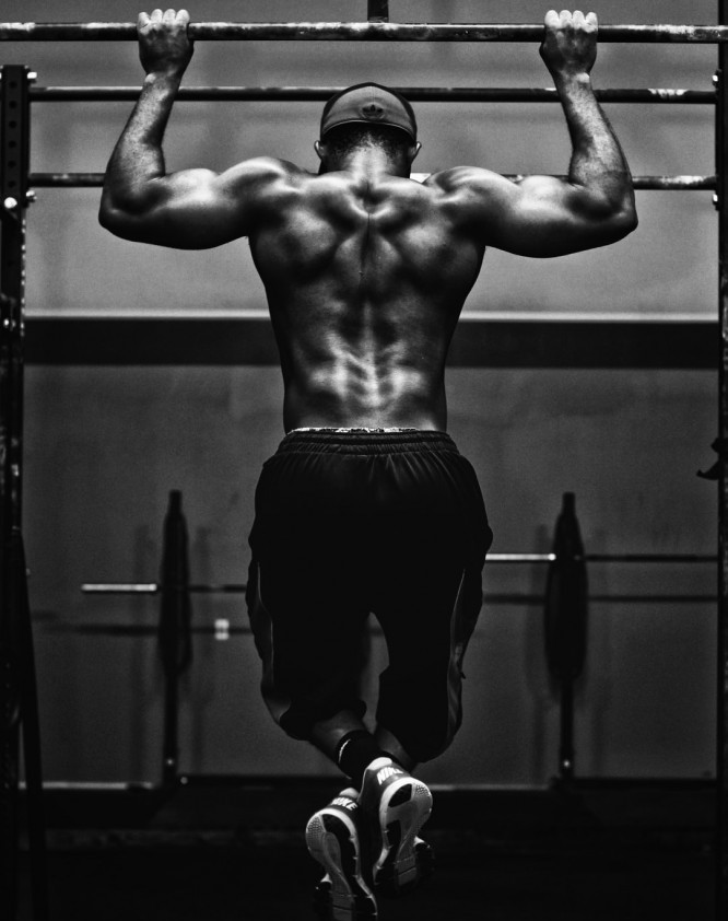 """<img src= """"man doing pull ups.jpg"""" alt =""""should i exercise on a empty stomach""""/>"""